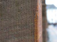 Nexø sandstenen i Kongens Haves firkantede søjler som støtter hegnet rundt