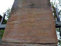 Tæt på: Nexø sandstenen i Kongens Haves firkantede søjler som støtter hegnet rundt